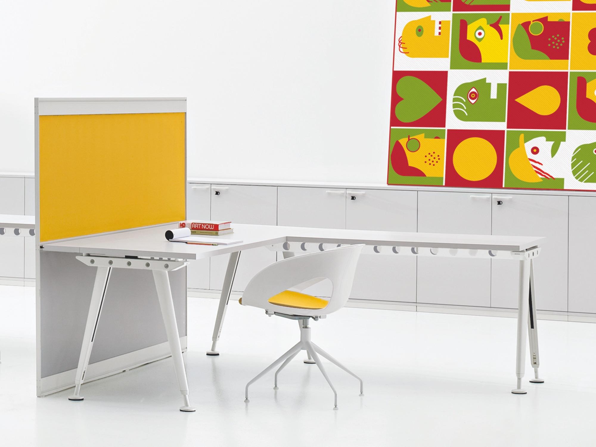 archiutti kayo winkelschreibtisch mit trennwand h henverstellbar eckschreibtische. Black Bedroom Furniture Sets. Home Design Ideas